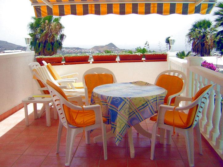 Terrasse mit Gartenmöbeln und Sonnenliegen und schönem Meerblick am Pool
