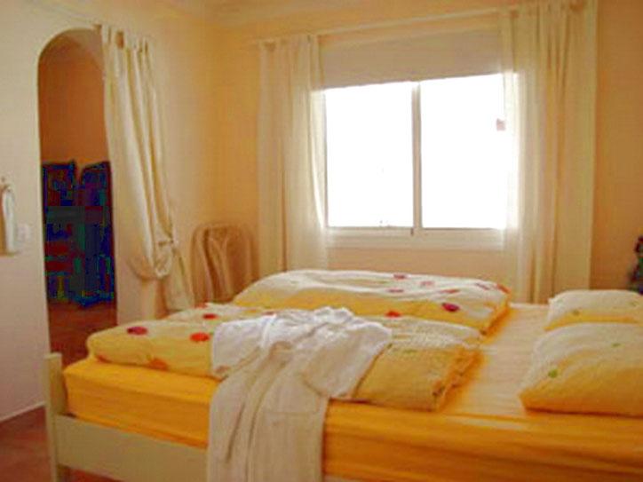 1.Schlafzimmer mit Doppelbettund Qualitätsmatratzen und Kleiderschrank
