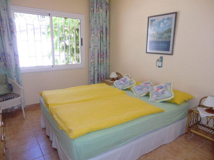 Hübsches , freundliches Schalfzimmer mit Doppebett im Urlaubs Bungalow Flores II