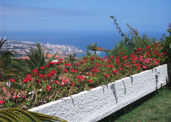Die Terrasse im Garten bietet einen Traumblick über die Nordküste und den Teide.