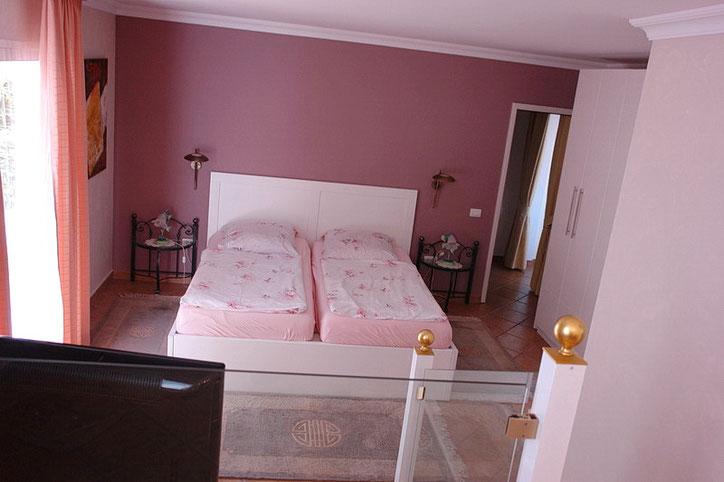 Im 2. Schlafzimmer befindet sich ein Doppelbett und ein Kleiderschrank.