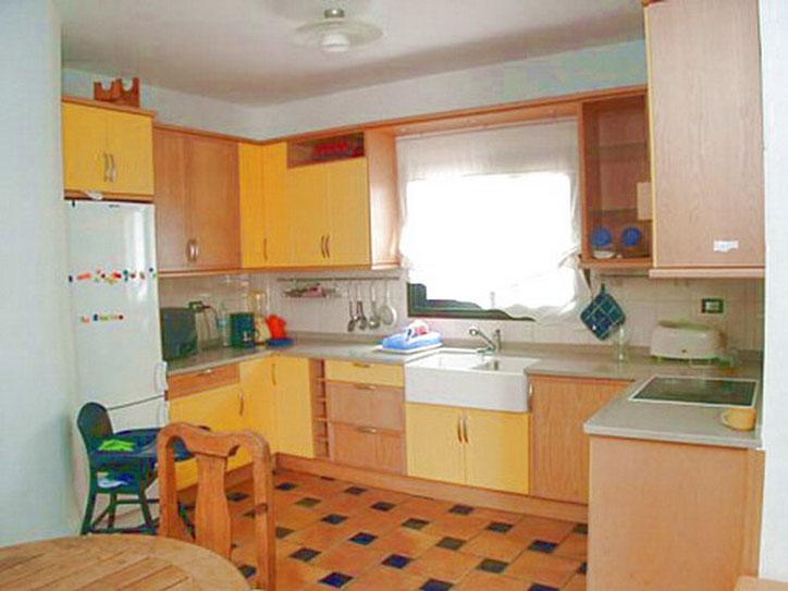 Küche: 4-Platten Cerankochfeld, Backofen, Spülmaschine, Kaffeemaschine.