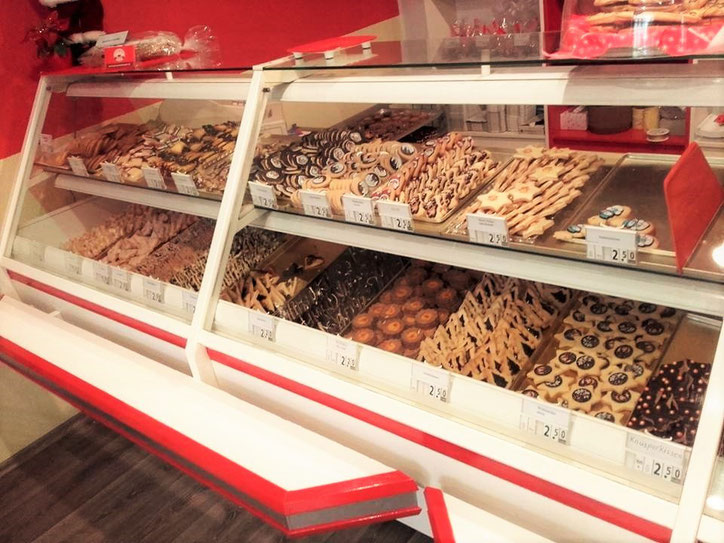 Ladentheke gefüllt mit Keksen
