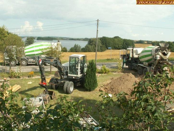 Blockhausbau - Baustelle - Betonmischfahrzeuge im Einsatz