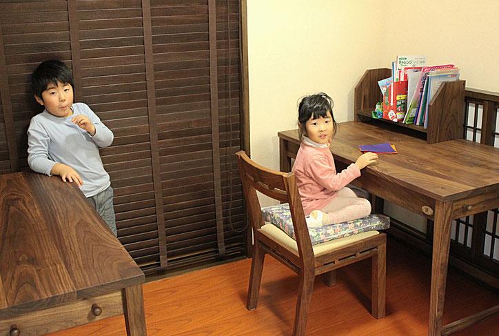 ウォールナットのシンプル学習机(桜川市・K様邸)記念撮影