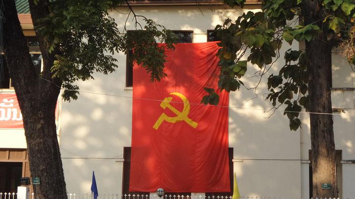 An jeder Ecke zeigt man Flagge im kommunistischen Laos