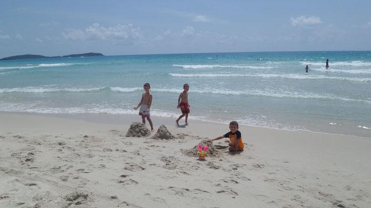 Spielen am Strand von Chaweng