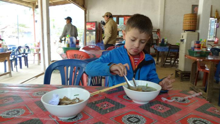 Tim probiert mutig auch die undefinierbaren Suppen