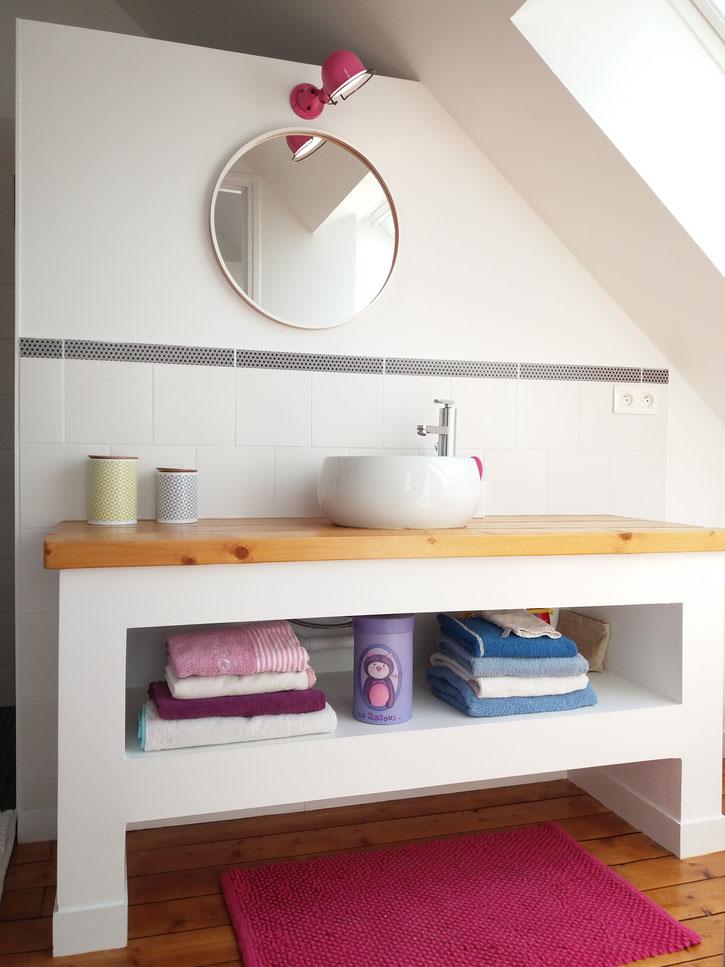 salle de bain graphique noir blanc rose parquet meuble sous vasque sur mesure, douche à l'italienne, mosaïque noire, lampe jieldé