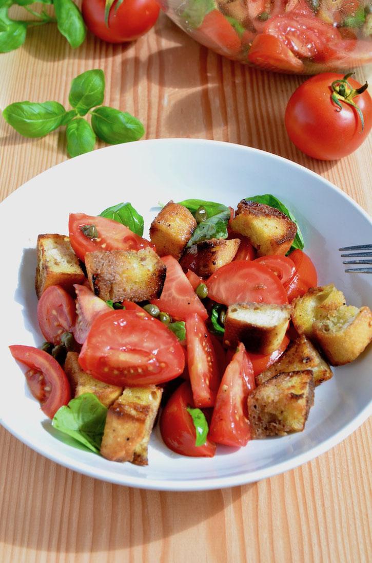 Leckerer Toskanischer Brotsalat - in Italien heißt er Panzanella. Der leckerste Tomatensalat, den ich kenne!