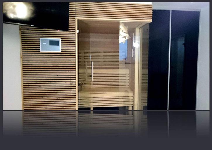 Eckverglasung und Glastüre in einer Sauna, Glasschiebetüre als Abtrennung