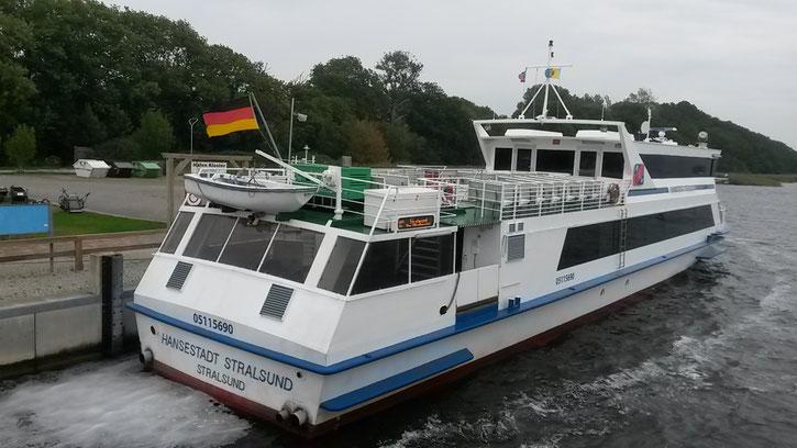 Überfahrt von Stralsund oder Schaprode (Insel Rügen) mit einer gemütlichen Fähre, auf der auch hervorragend für das leibliche Wohl gesorgt wird.