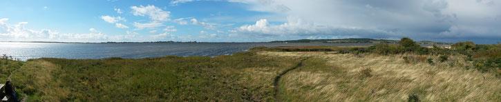 Anblick der Insel vom Bessin: rechts im Hintergrund der Leuchtturm und etwas weiter links auf dem Foto der geschichtsträchtige Ort Kloster (Foto anklicken)
