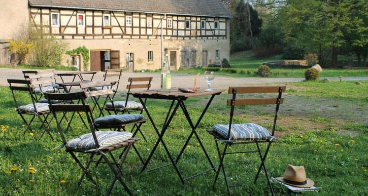 Sitzmöglichkeiten für das eigene Picknick, Schlosshof Heynitz 2018, Foto: Eike von Watzdorf