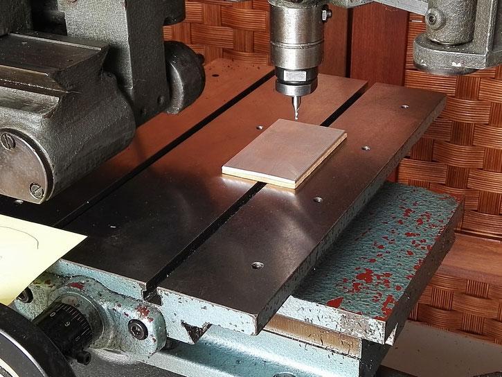 Pose d'une plaque martyr en bois sous la plaque d'aluminium