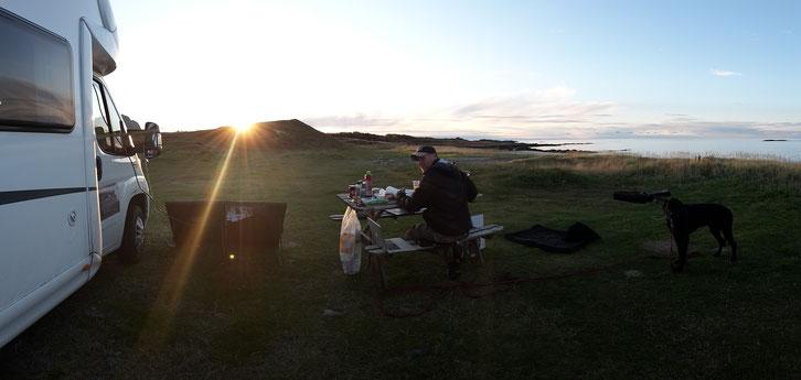 Pünktlich zum Sonnenuntergang schmeißen wir den Grill an. Der Lotusgrill ist echt top! Den hat uns ein Freund empfohlen und ist jetzt das erste Mal mit uns auf der Reise. Der Kauf hat sich echt gelohnt, mega teuer war er auch nicht.