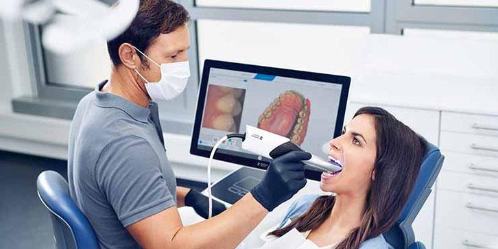 Intraoralscanner nimmt die Situation im Mund auf. Das Ergebnis kann direkt auf dem Bildschirm überprüft werden.