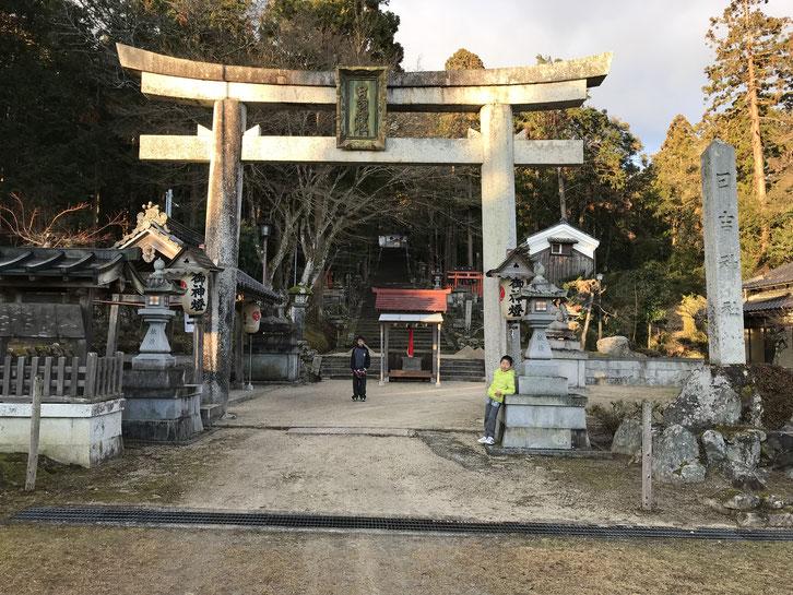 日吉神社の鳥居前にて