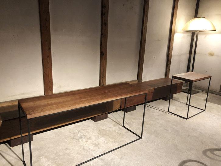 建築家・竹原義二さん作品の木のベンチ、茅葺職人・相良育弥さん制作のテーブル