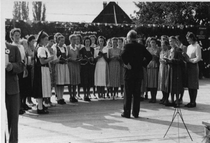 Töchternchor unter der Leitung von Dirigent Herr Bünzli