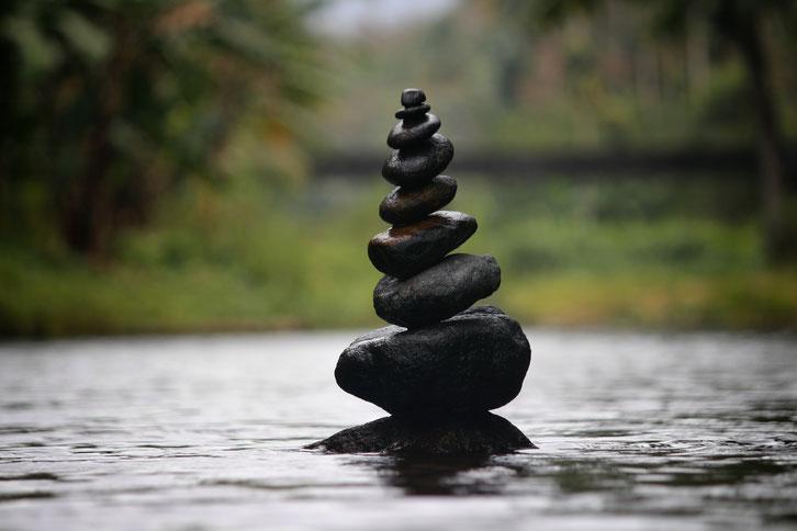 Traditionelle chinesische Medizin, Steine harmonisch gestapelt im Wasser