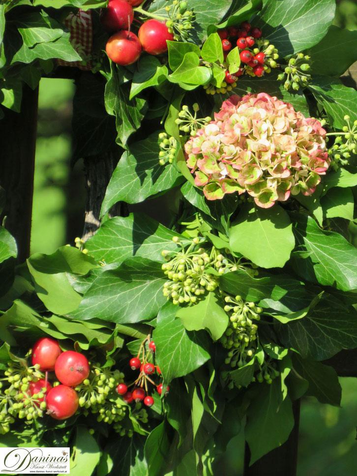 Selbstgemachter Herbstkranz mit Hortenensienblüten