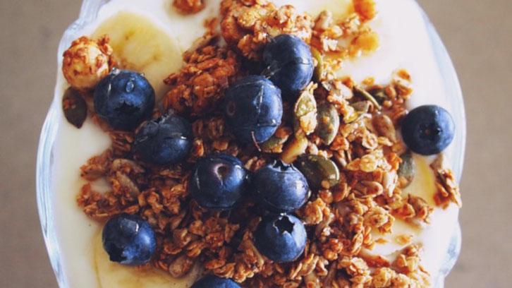 Foto des Reizdarm-Frühstücks Nummer 3: Schokomüsli auf Hüttenkäse mit Blaubeeren