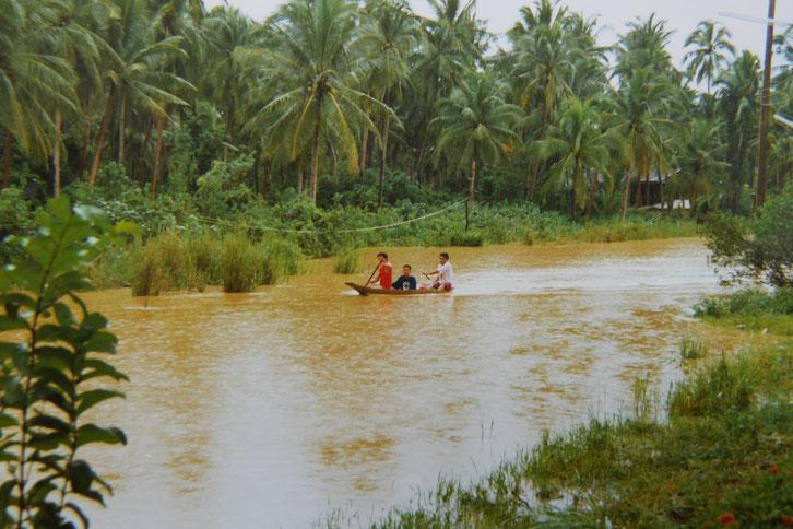 1997: Wo einst Autos und Mopeds fuhren, sah man jetzt nur noch Boote... Chumphon, Thailand (Foto Jörg Schwarz)