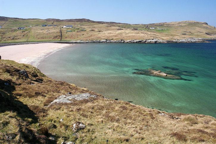Bucht mit weißem Strand und grünem klaren Wasser an der Nordküste