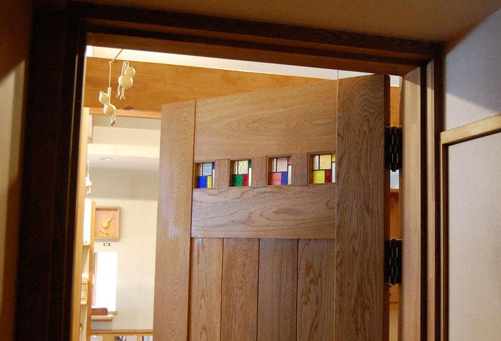 ひょうたん蔵ショールームのステンドグラス入りのドア