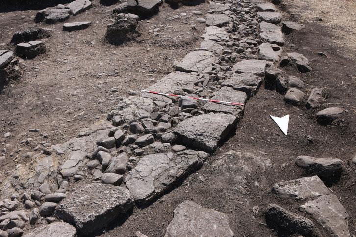 Nazarlebi: Teil der zweischaligen Mauer des Steinkreises (Foto: Archiv Prof. Dr. Felix Blocher)
