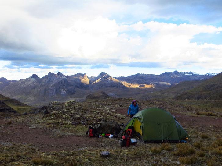 Um 19 Uhr liegen wir dick vermummt in den Schlafsäcken. Wir geniessen das Lesen an der Wärme und die Ruhe im Hochgebirge.