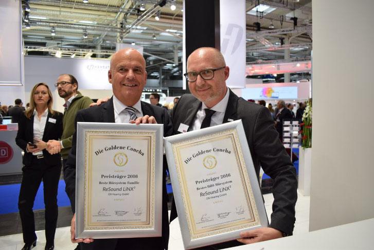 GN Hearing Geschäftsführer Bernd von Polheim (lks.) und Vertriebsleiter Jens Fendrik (re.) präsentieren auf der EUHA die Siegerurkunden zur Goldenen Concha.