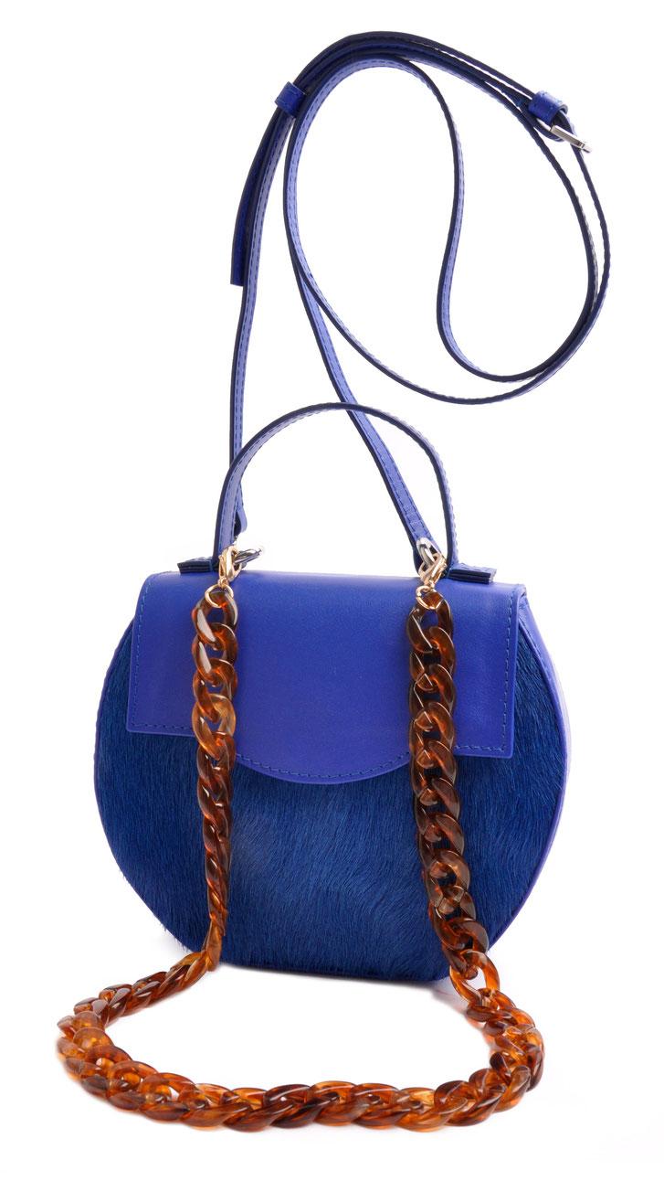exklusive Dirndltasche in blauem Leder mit Acrylkette. Schultertasche zum Dirndl, OSTWALD Traditional Craft