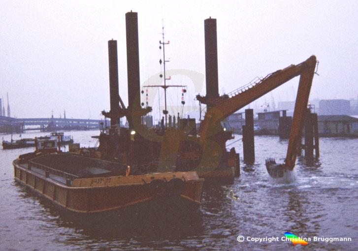Stelzenponton Tieflöffelbagger EKKE bei Baggerarbeiten in Hamburg 1986