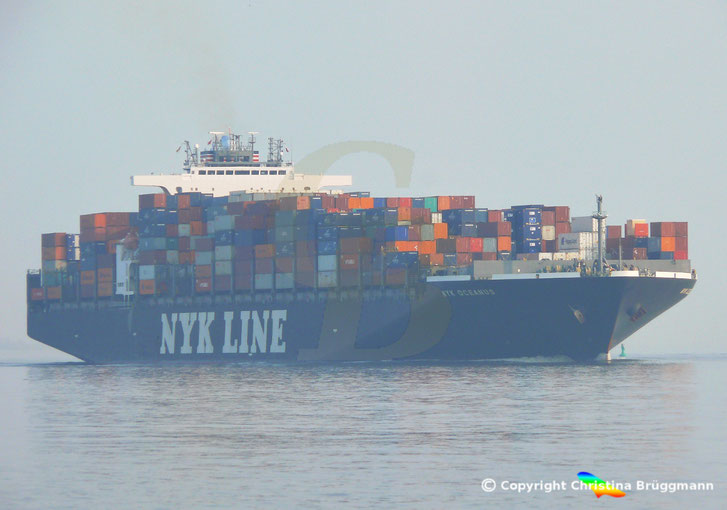 """""""NYK OCEANUS"""" bei Ausreise aus Hamburg auf der Elbe 10.04.2015"""