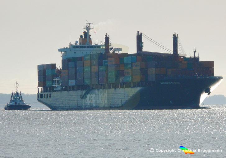 Containerschiff WASHINGTON EXPRESS mit Schlepper ZP BULLDOG