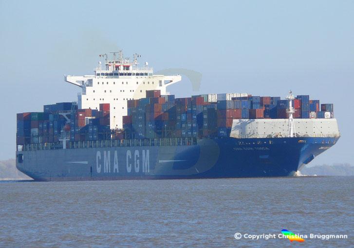 """""""CMA CGM TOSCA"""" bei Ausreise von hamburg auf der Elbe 23.04.2015"""