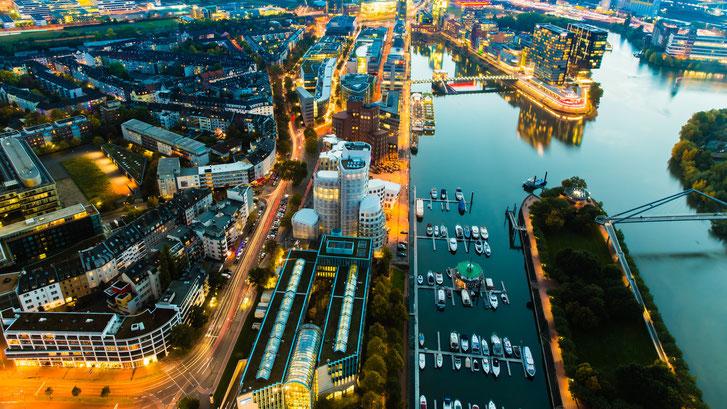 Düsseldorfer Hafen und Innenstadt bei Nacht, Luftbild; Kurtz Detektei Düsseldorf