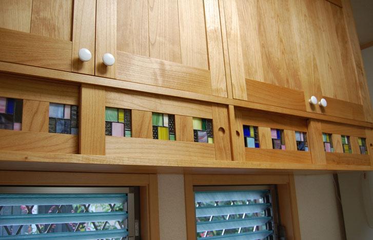 ステンドグラスが入ったキッチン壁面収納(厚木市・S様邸)ステンドグラスの引き違い戸