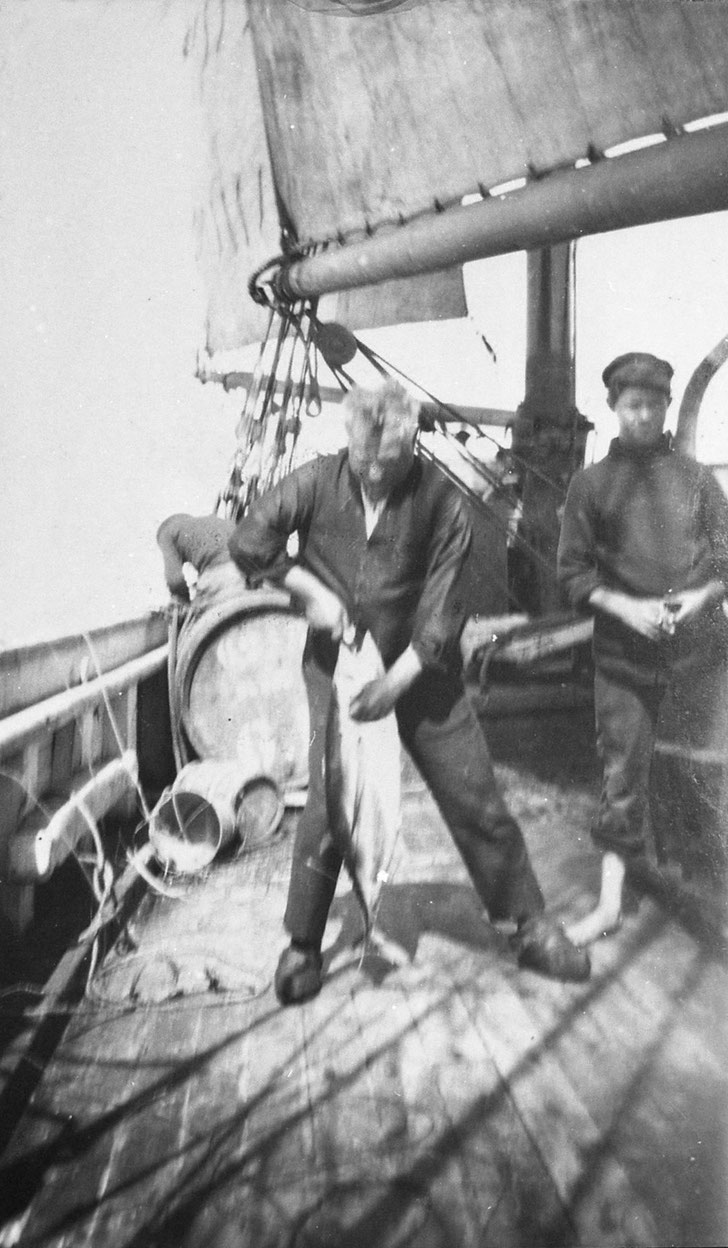 « Le premier thon pris, forte brise d'Est, le navire fait route au Sud-ouest à 45 milles au nord-ouest  du cap Finistère »