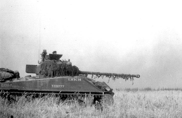 Le caisson blindé abritant la radio à l'arrière de la tourelle compense la longue volée du canon  du Firefly