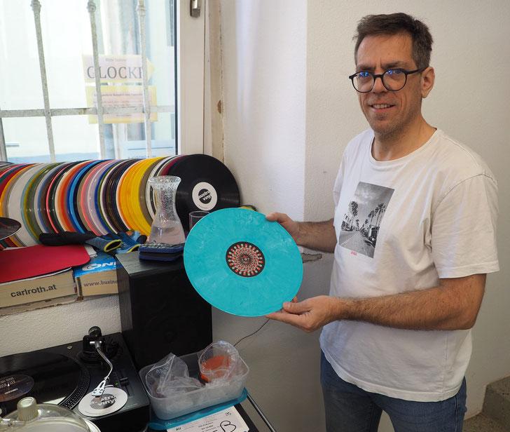Buntes Endprodukt: Johann Fauster ist einer der Geschäftsführer von Austrovinyl und zuständig für die praktische Produktion und Pressung. Foto: C. Schumann, 2020