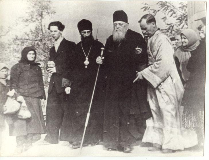 Die folgenden Photos zeigen den Heilige Luka in seiner Zeit als Erzbischof von Simferopol.
