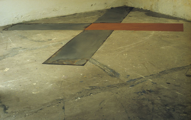Matthieu van Riel. Z.T. 340x400cm pigment en metaalplaten op vloer 1987