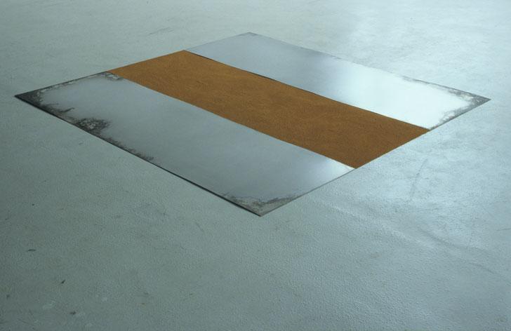 Matthieu van Riel. Vloerobject. Z.T. 170x180cm pigment en metaalplaten op vloer 1987