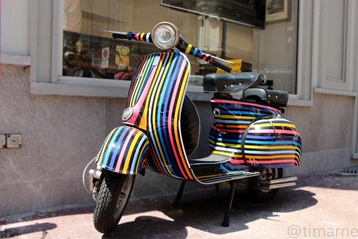 Diese tolle Vespa in Monaco Streifendesign macht Lust auf Sommer.