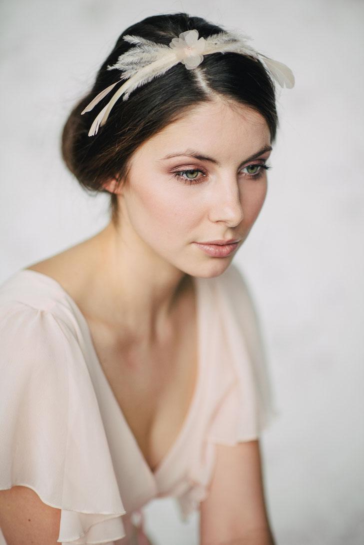 Brauthaarschmuck 2019 - Haareif aus Seidenorganza-Blüte und Federn in Ivory und Pastell Apricot Braut Hochzeit und Standesamt Standesamthaarschmuck