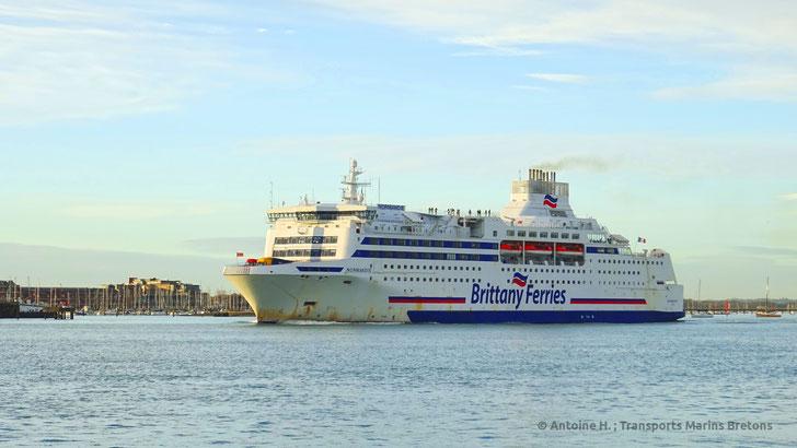Normandie après sa rénovation de 2015, quittant le port de Portsmouth.