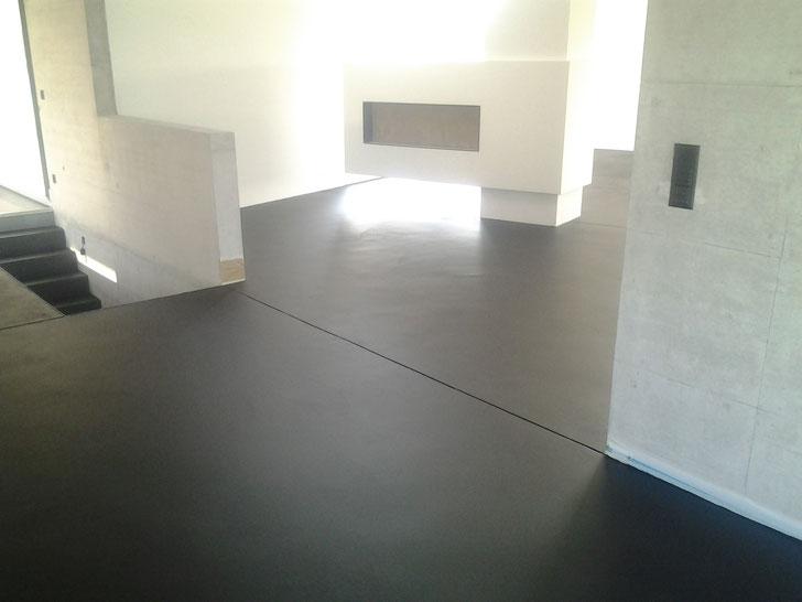 Schwarz pigmentierte Versiegelung auf einem Hartbeton Unterlagsboden